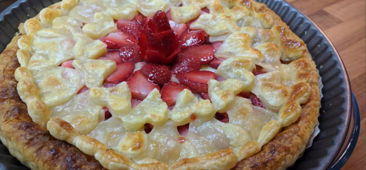 Tarta de fresa y crema pastelera, con corazones de hojaldre